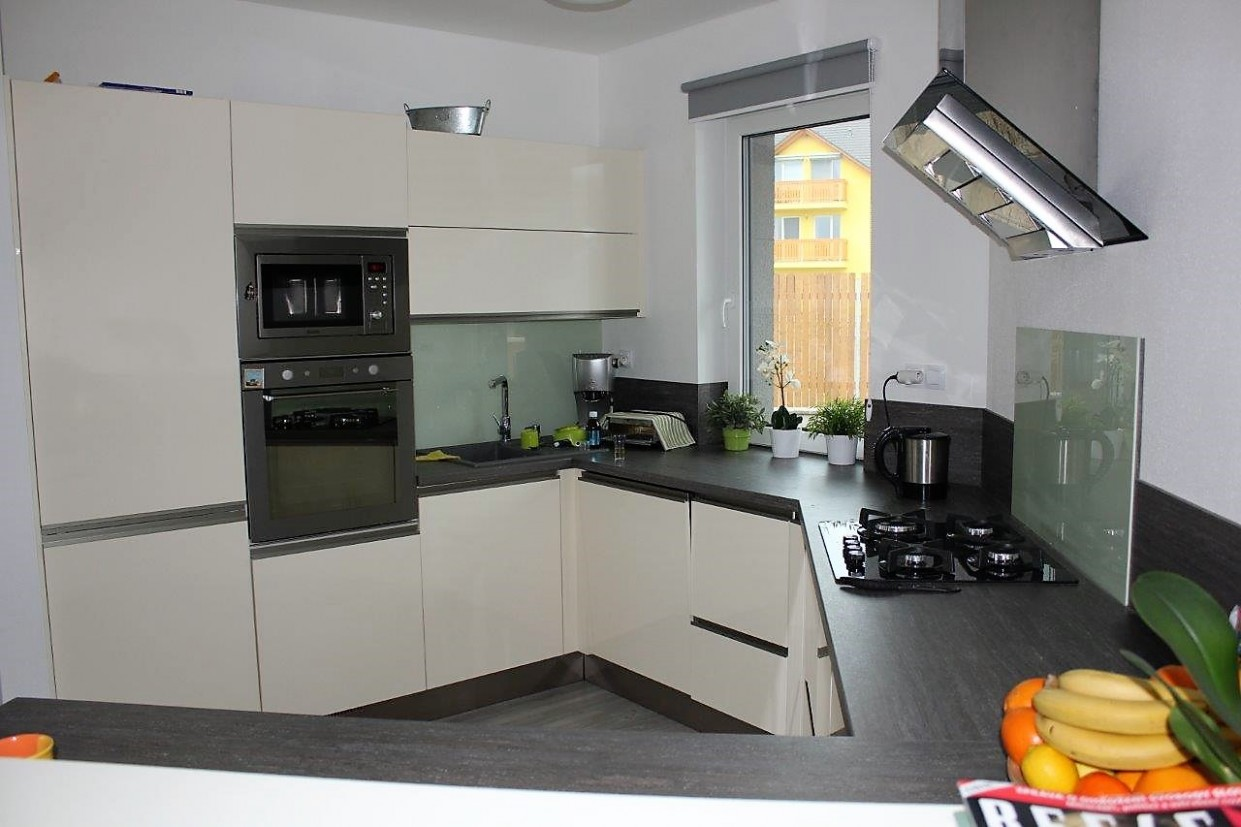 Kuchyňská linka rohová bílá (RD Tlučná) – Firebusters