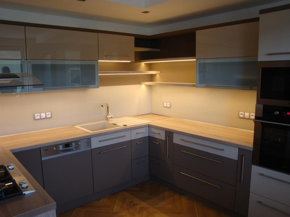 Moderní kuchyňská linka do U se skleněným obkledem
