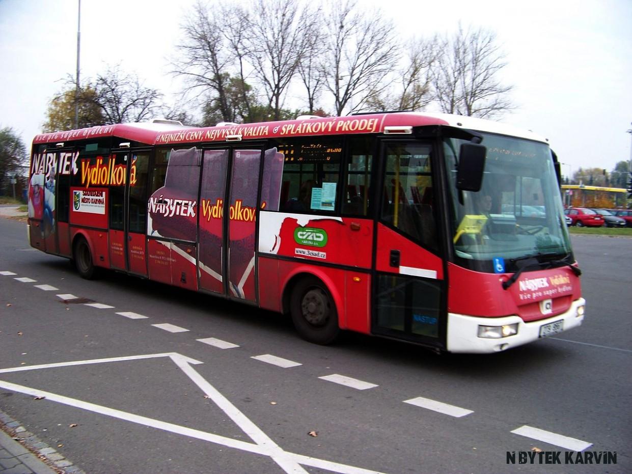 File:Karviná, autobusové nádraží, autobus s reklamou na nábytek