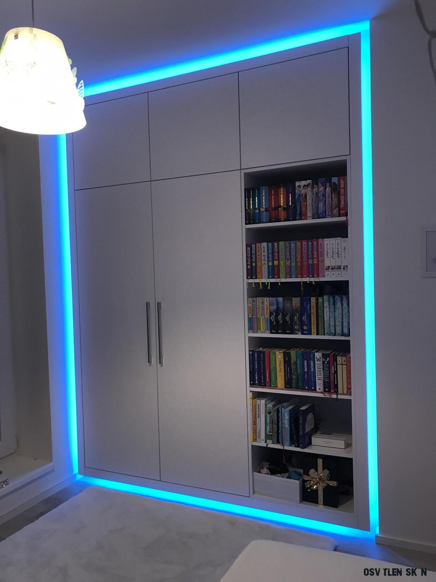Vestavna skříň s knihovnou pro dceru. Vychytavkou je led osvětlení