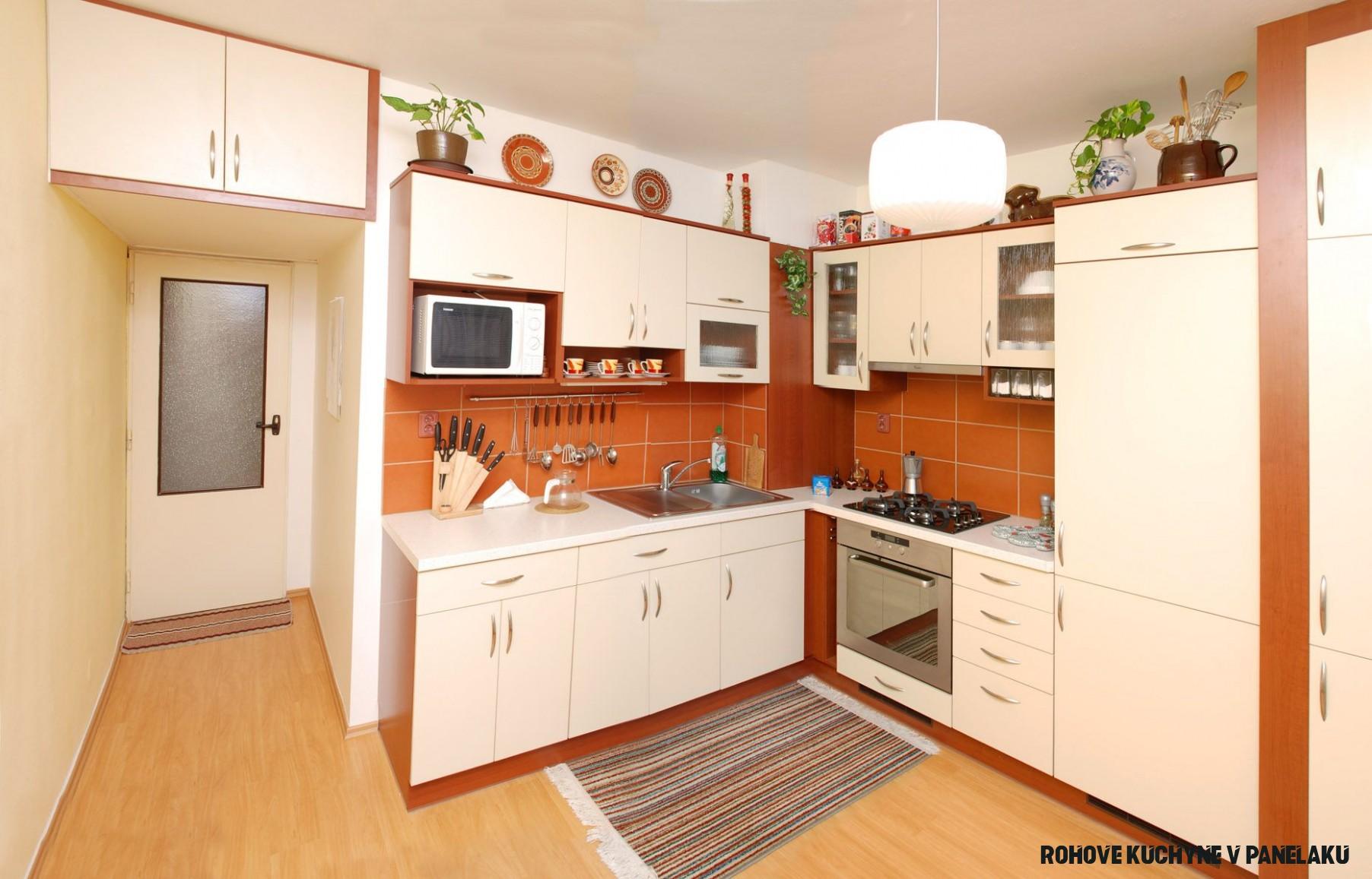 Stylová kuchyně do čtvercové místnosti v panelovém bytě. Rohová