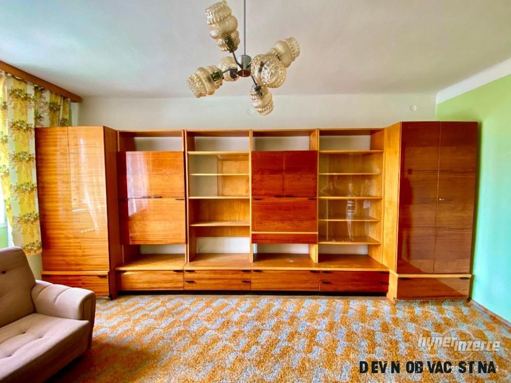 Dřevěná vintage obývací stěna OP17 inteligent od Hikor Písek